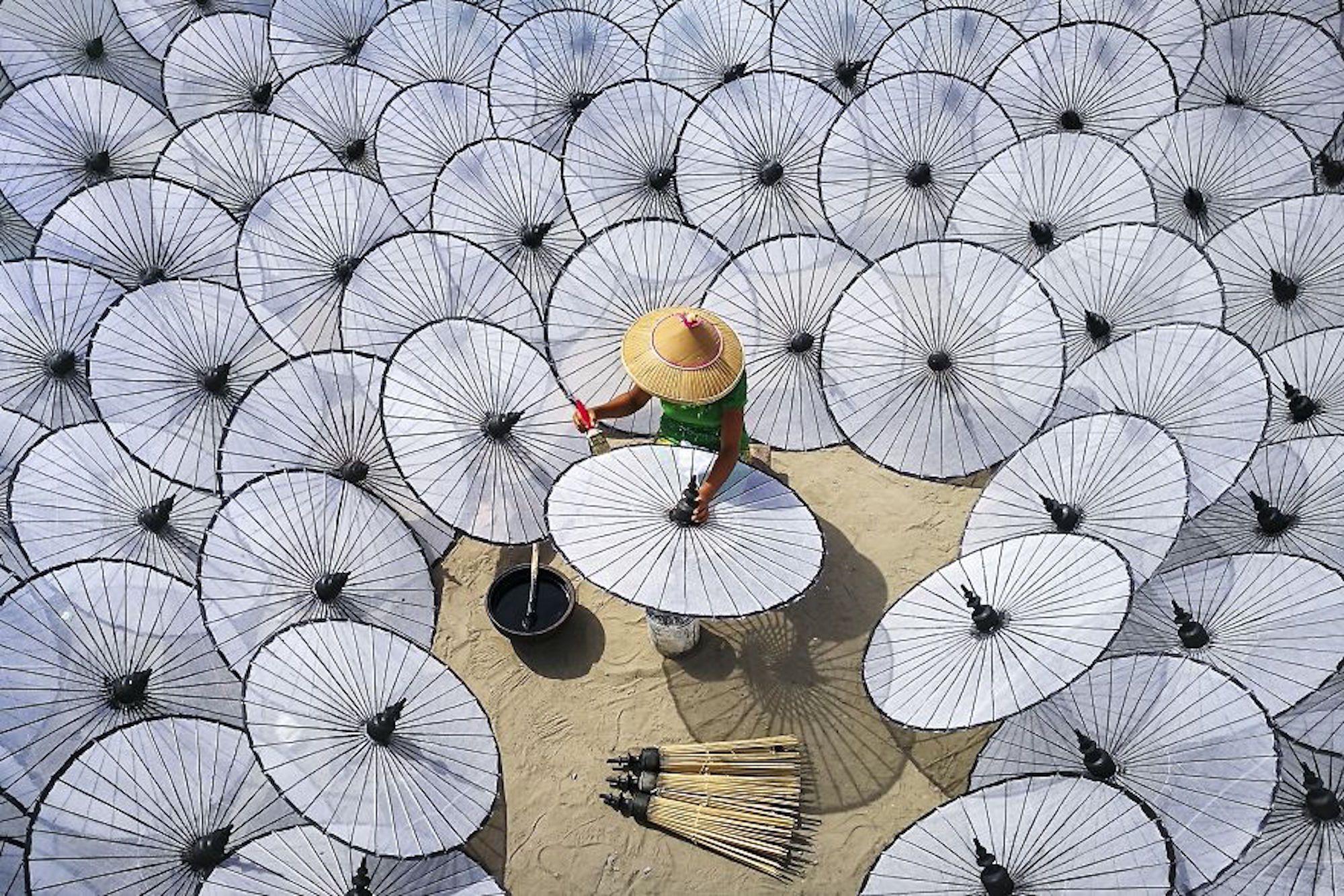 Fábrica de guarda-chuvas tradicionais em Mandalay, Mianmar