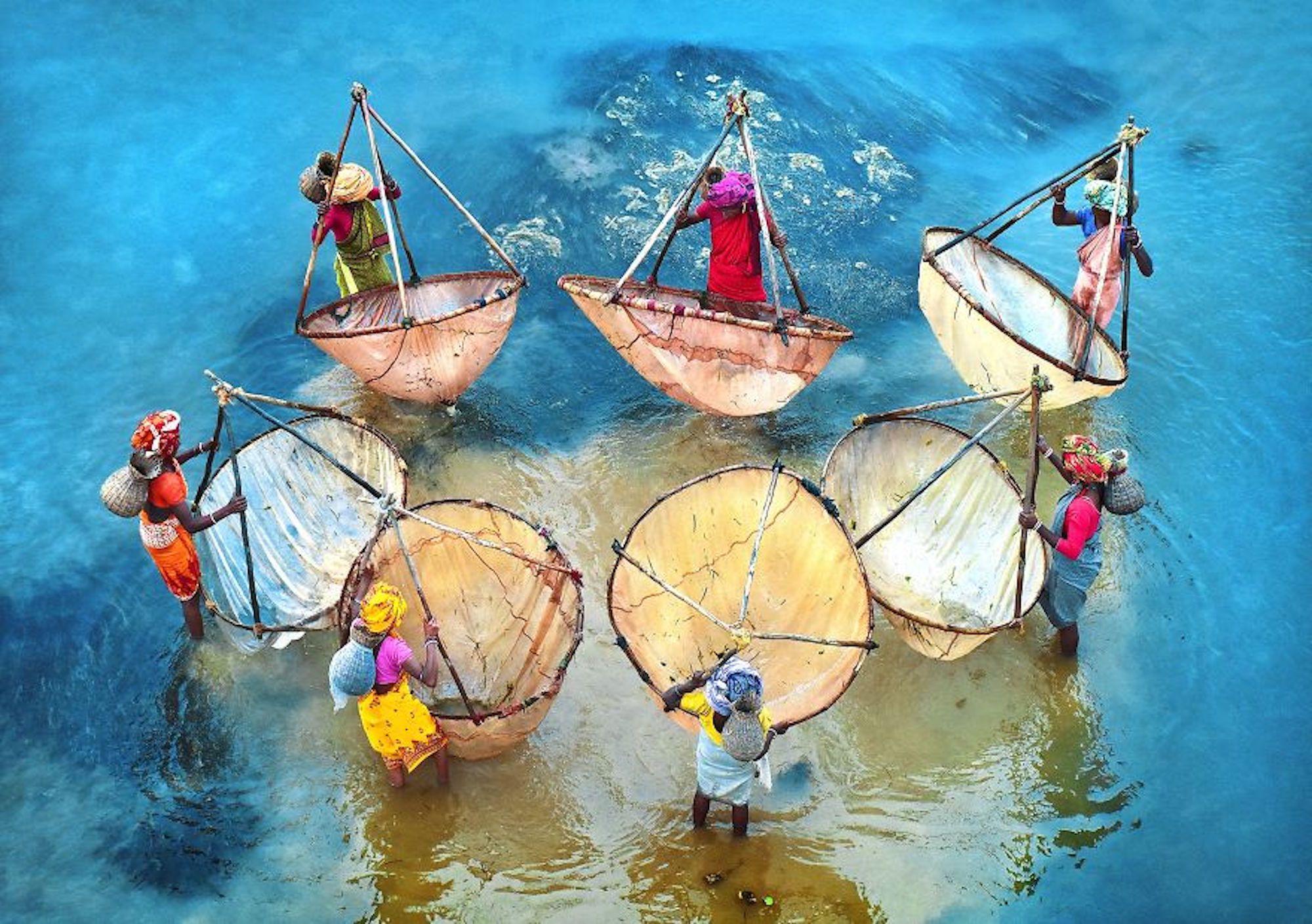 Mulheres pescando em Bengala Ocidental, na Índia