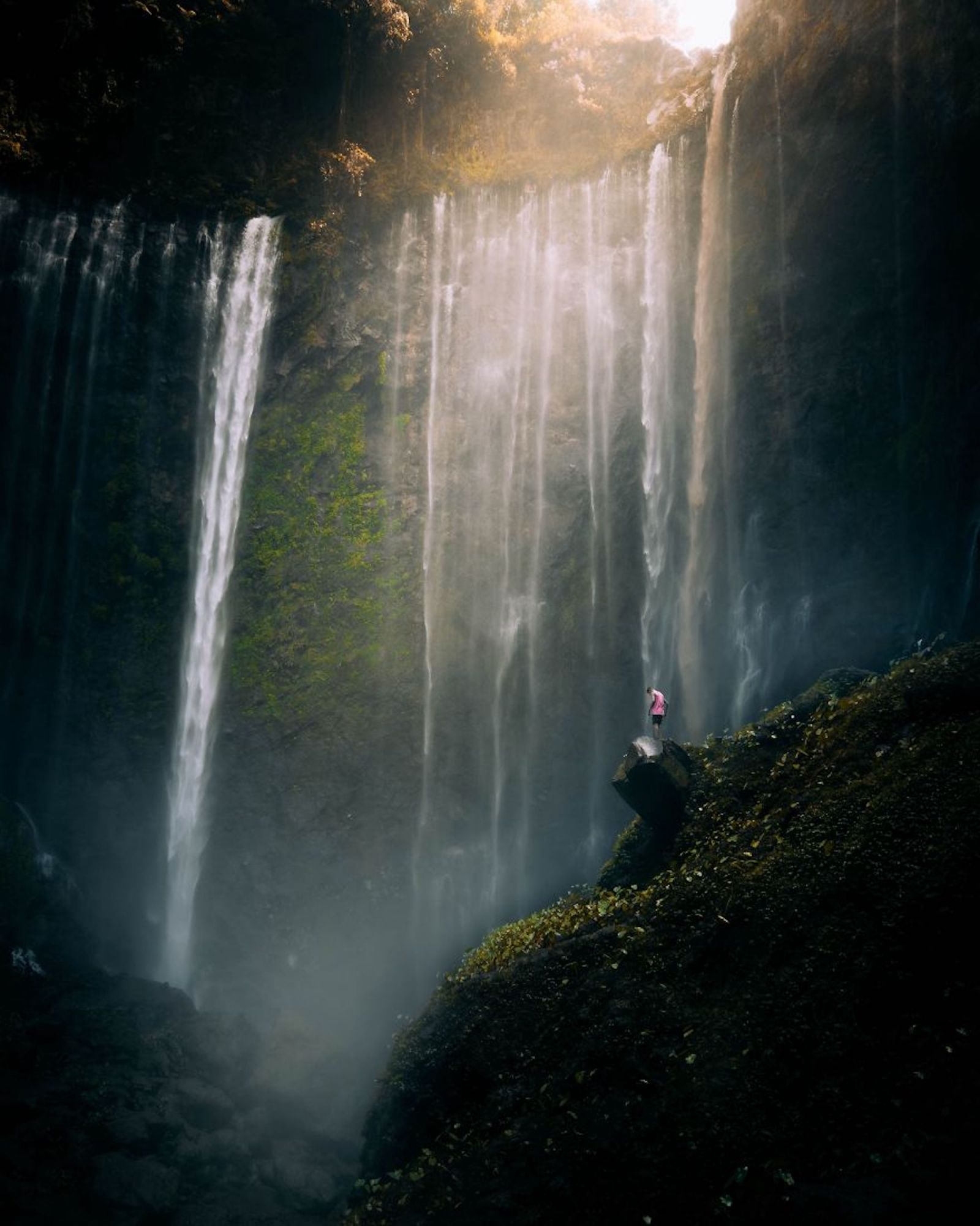 Tirar a foto sem molhar as lentes foi um exercício árduo para este fotógrafo em Tumpak Sewu, Java