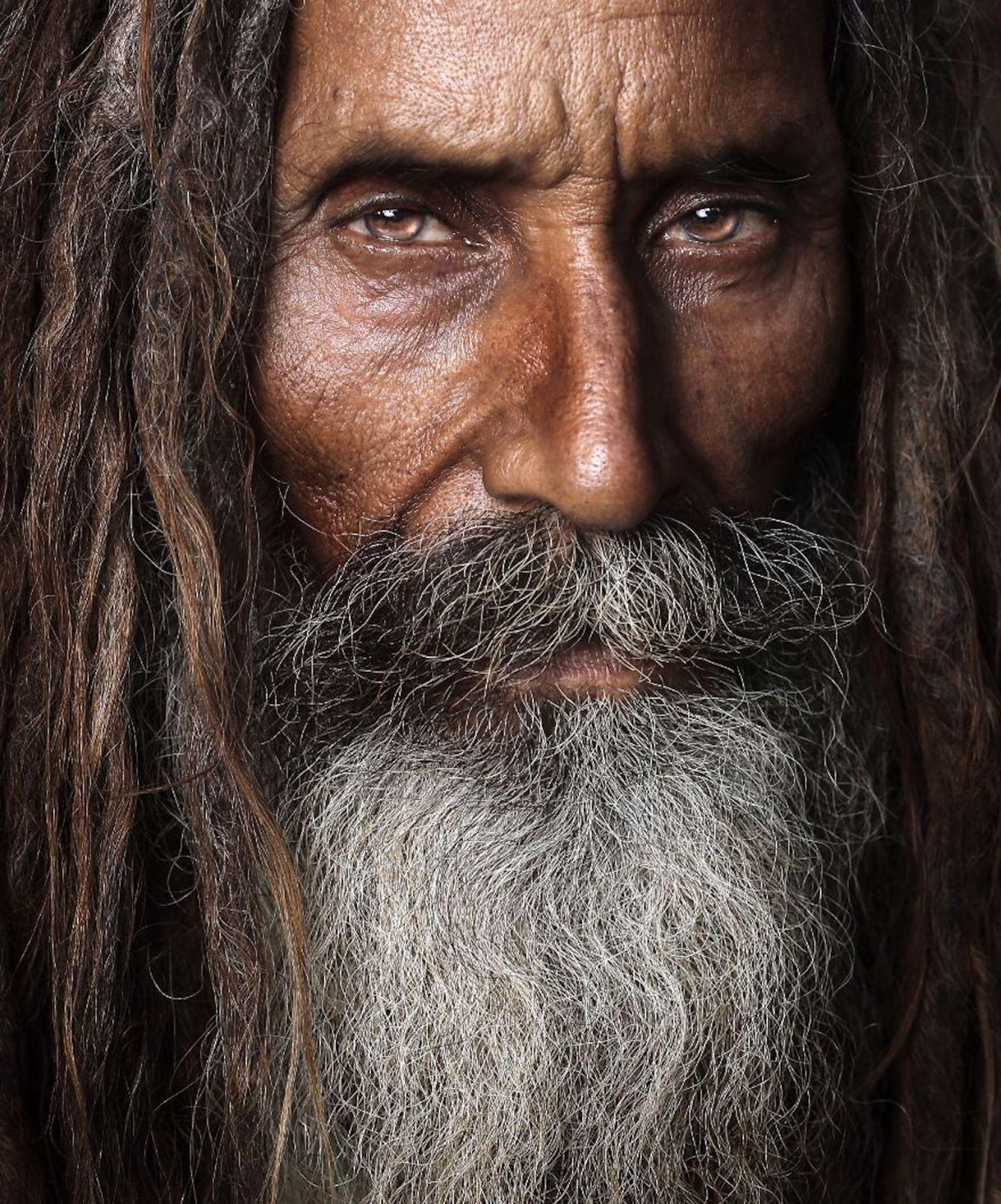 Homem em um santuário paquistanês