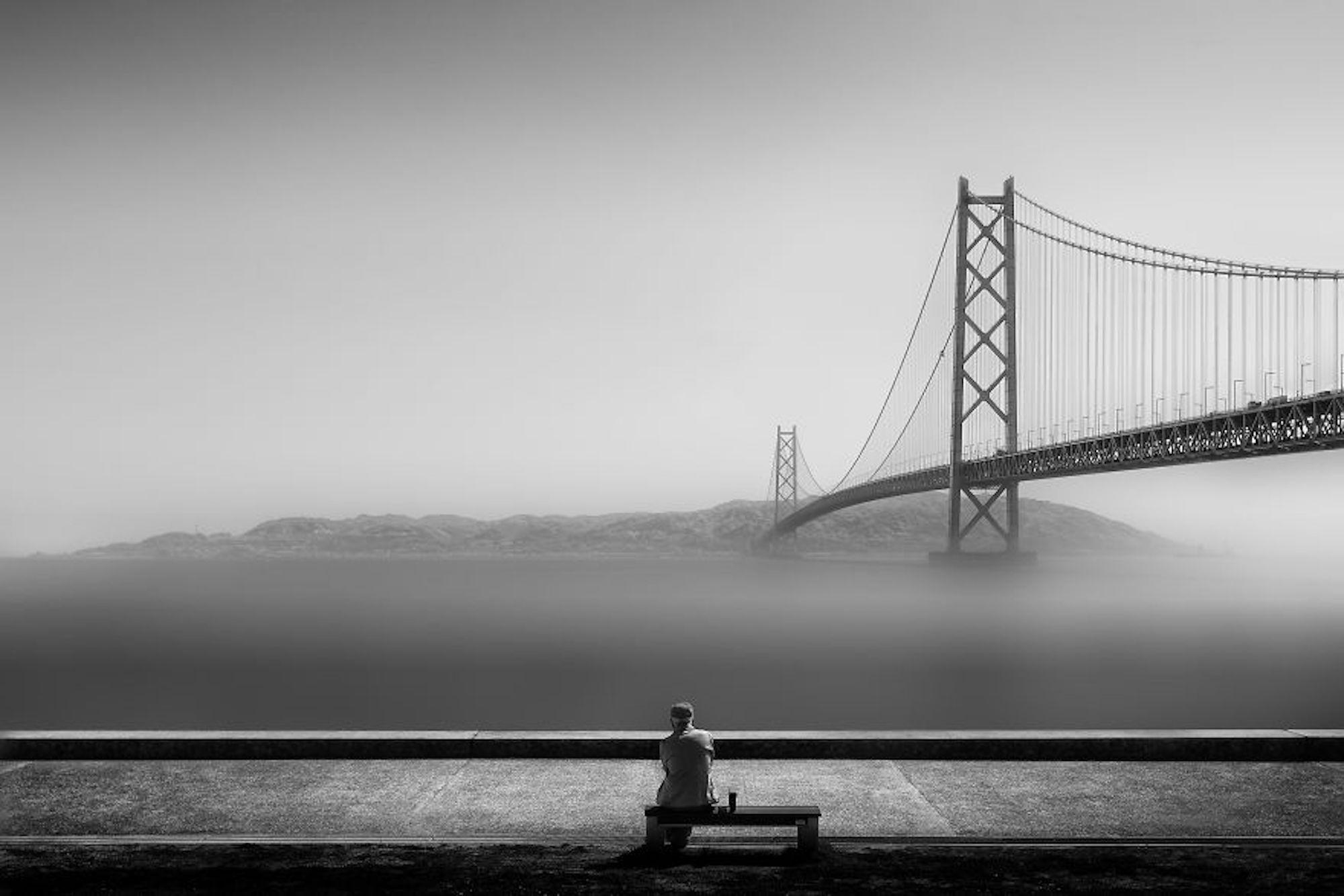 Um homem solitário olha o horizonte em Kobe, Japão