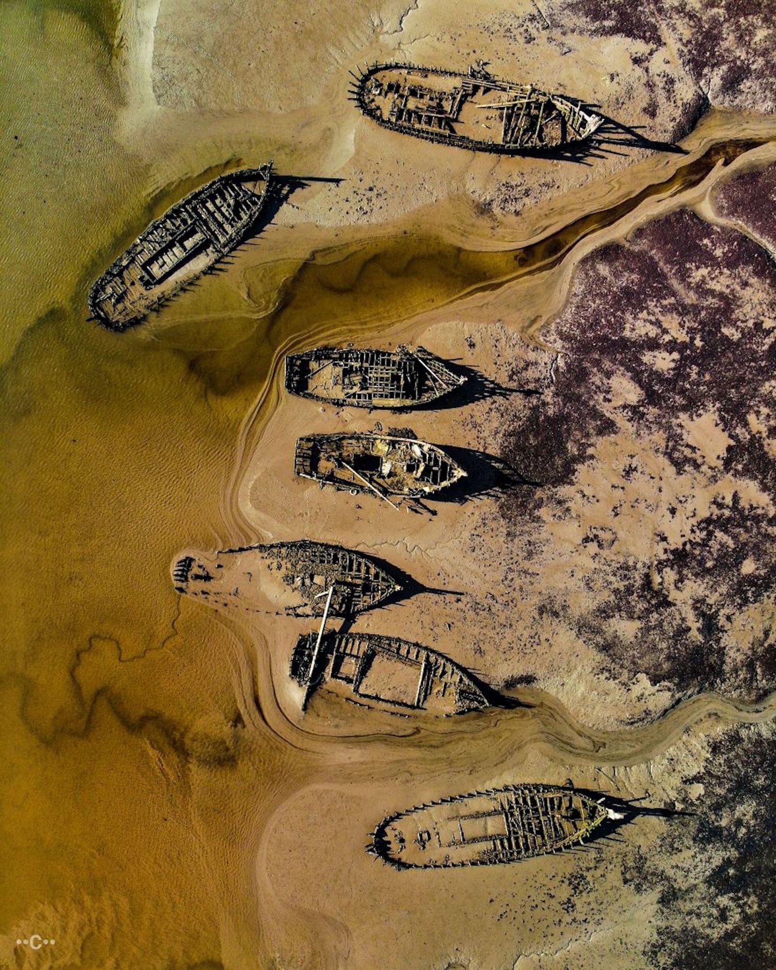 Sepulturas de naufrágio na Bretanha, França. Alguns barcos estão lá há mais de 100 anos