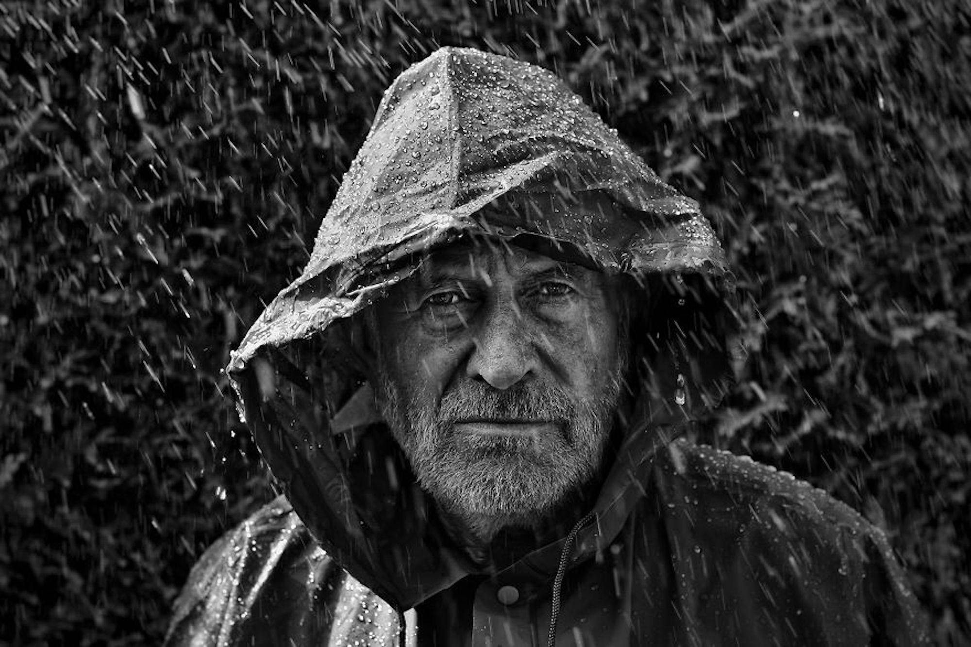 Poderoso retrato do pai do fotógrafo debaixo de chuva