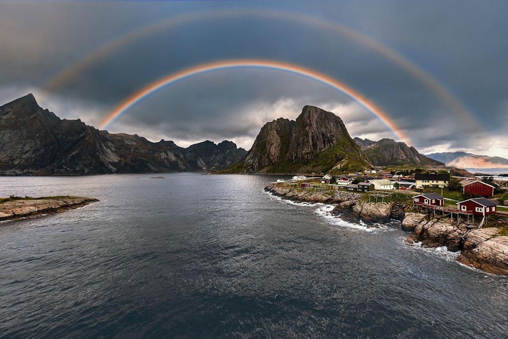 Arco-íris duplo visto quando o fotógrafo atravessava uma ponte nas Ilhas Lofotenn