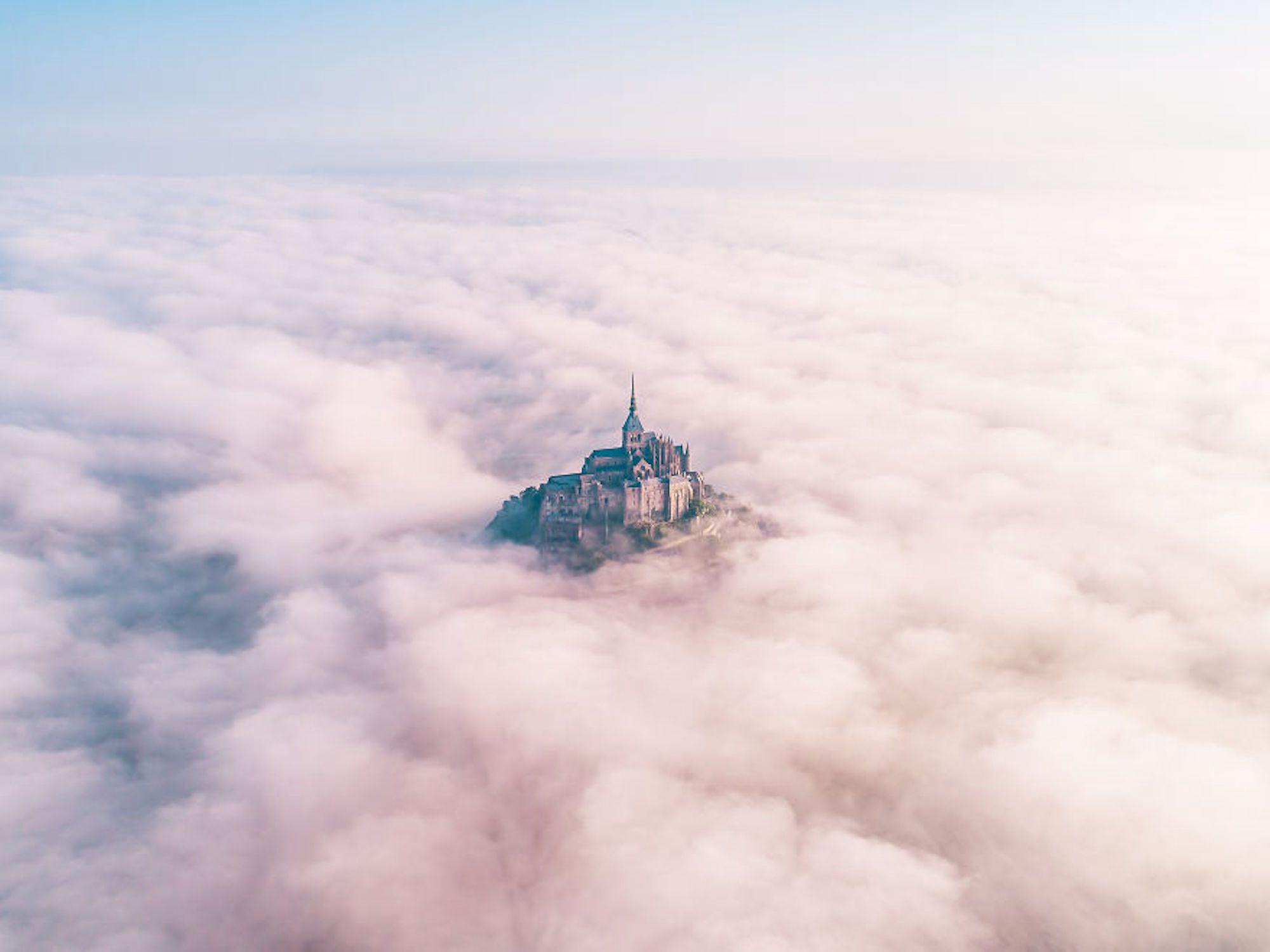 Monte Saint-Michel, em França, perdido em meio ao nevoeiro