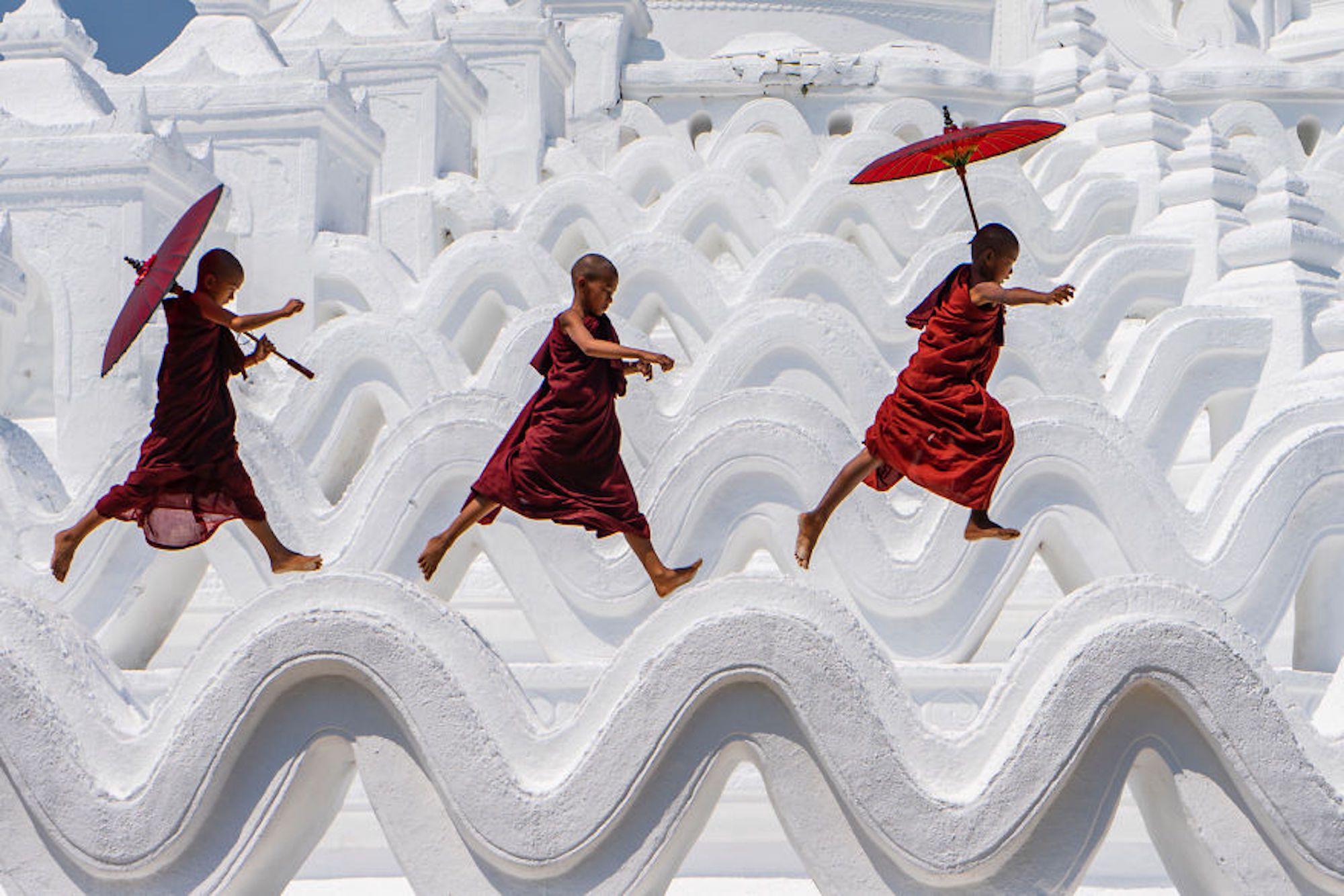 Jovens monges se divertindo no pagode Hsinbyume, em Mianmar