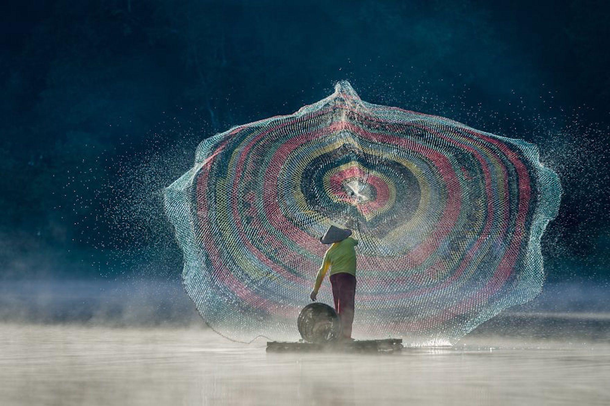 Pescador em ação no lago Situ Patenggang, na Indonésia