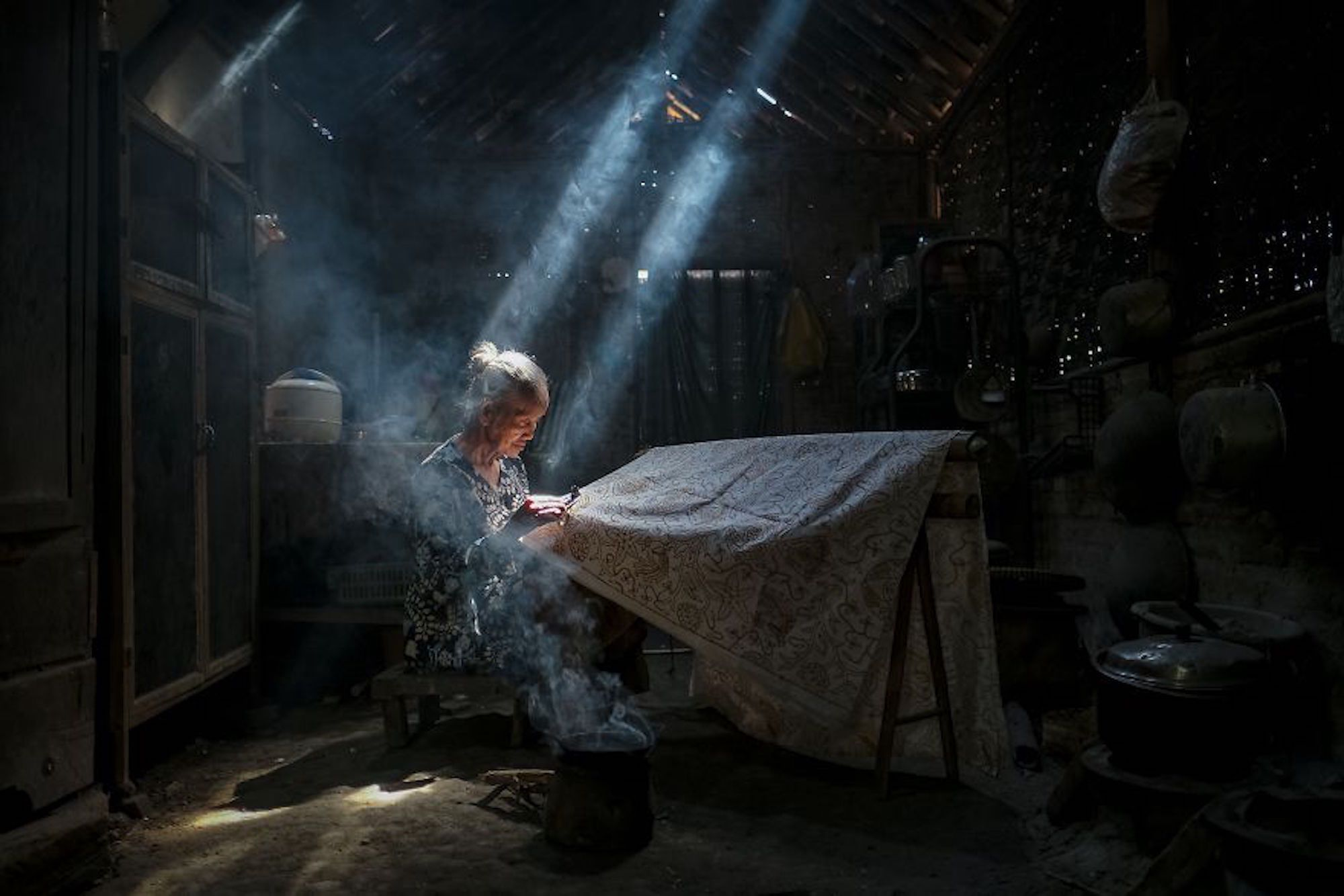 Mulher usando o Batik uma técnica de tingimento na Indonésia