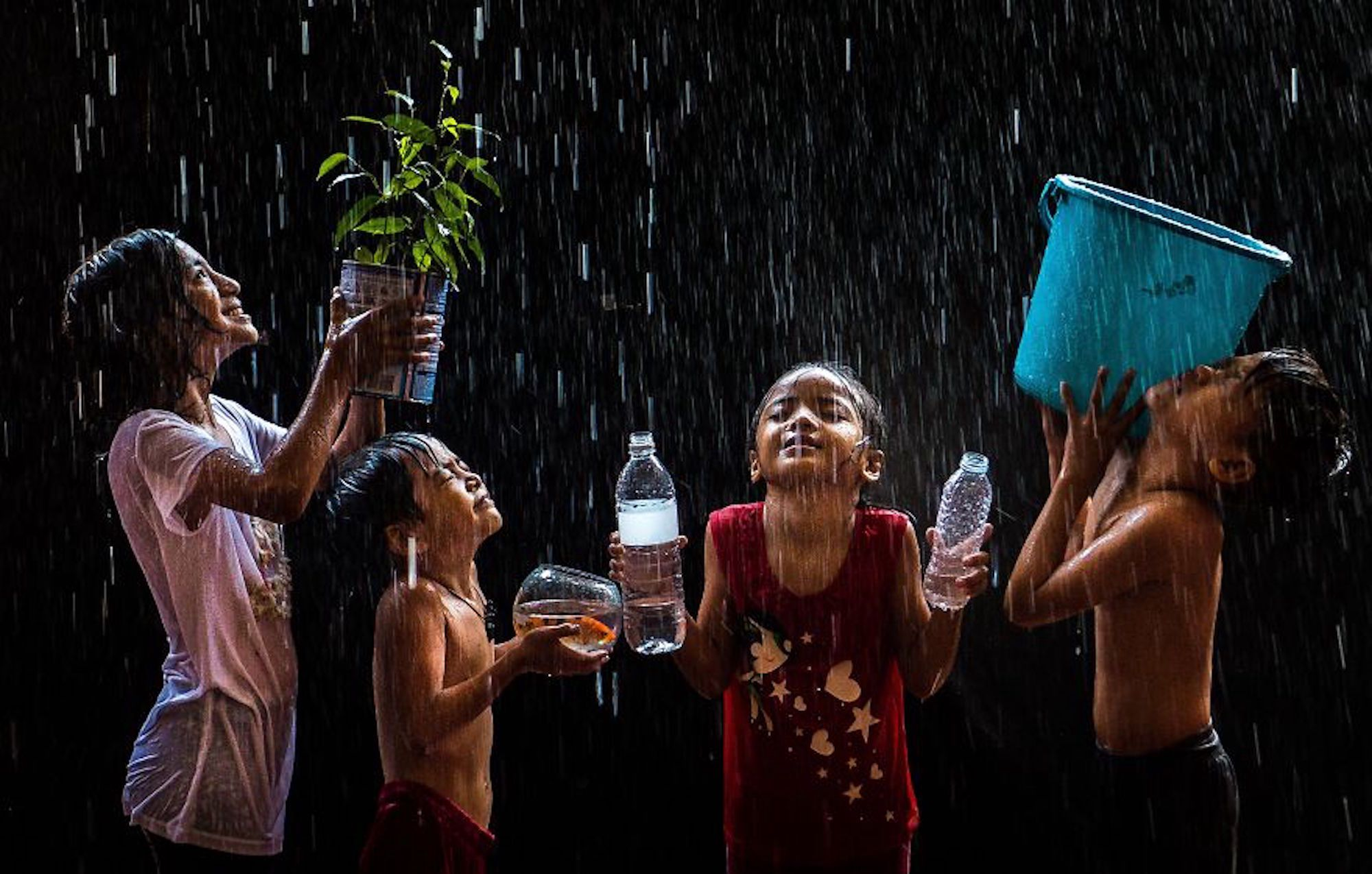 Crianças brincando durante um tufão nas Filipinas