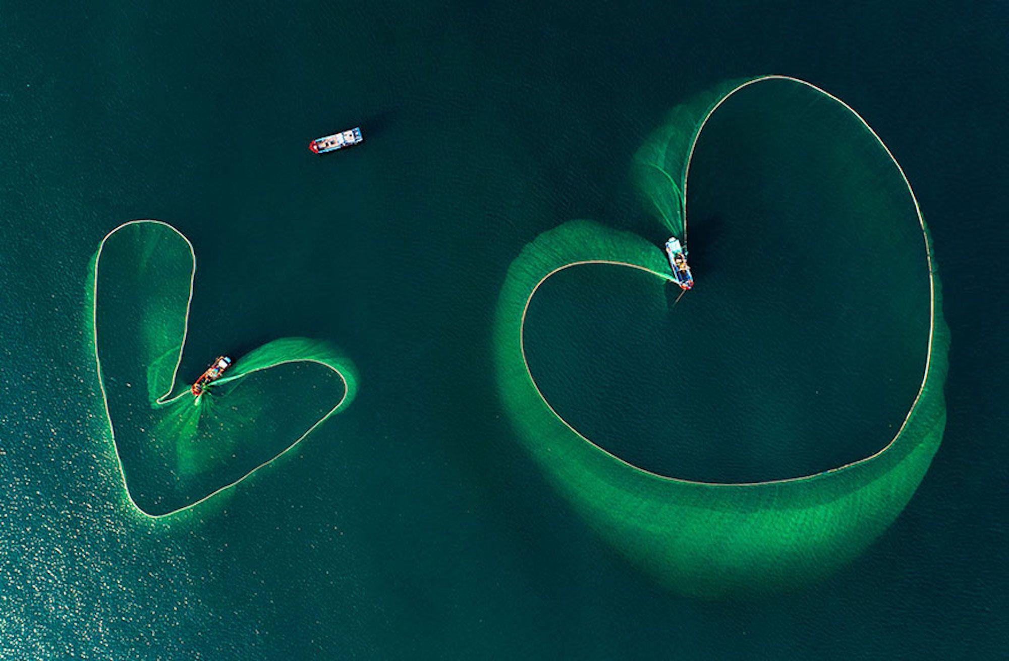 Foto aérea de redes de pescas no Vietnã